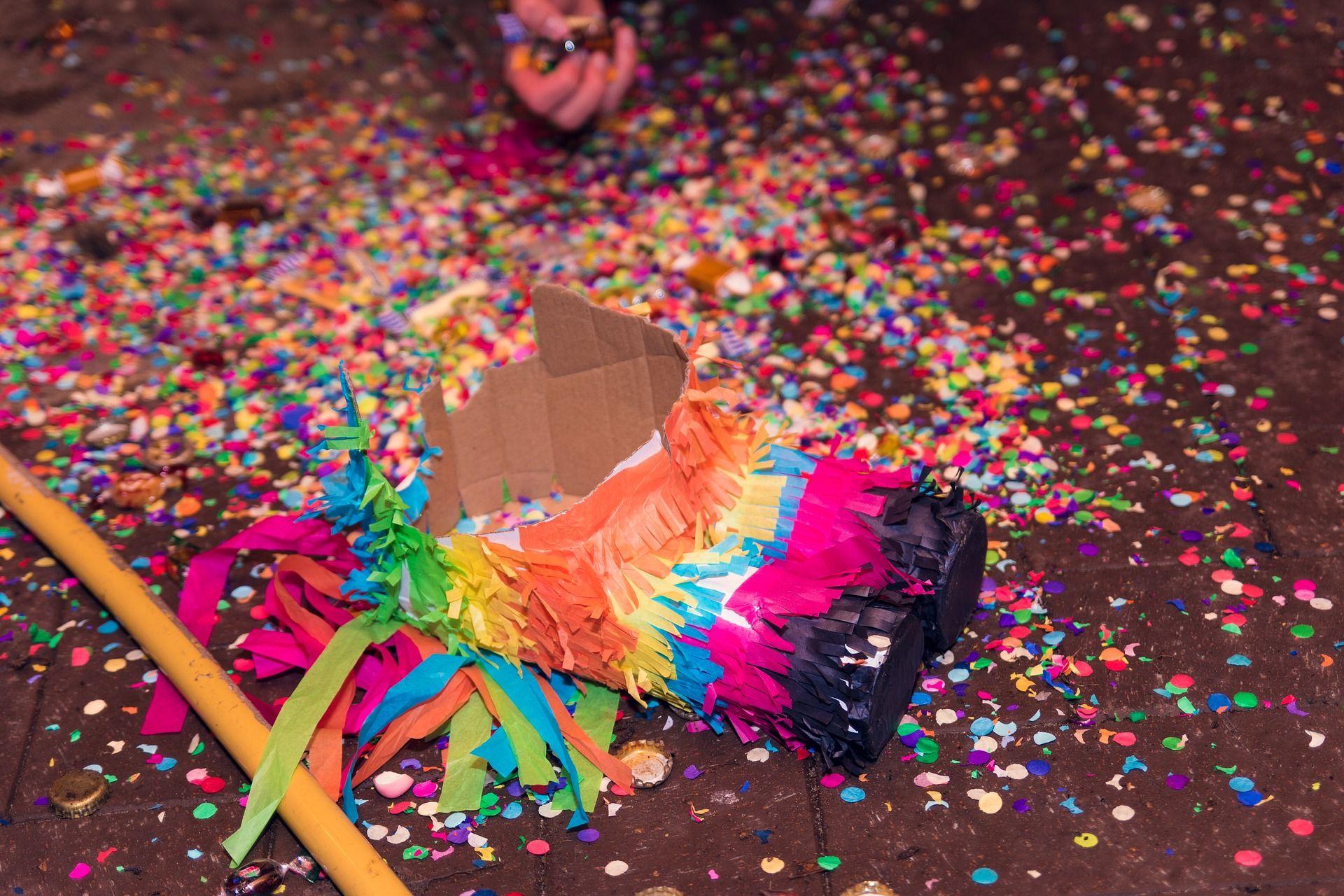 Llena la fiesta de piñatas y dulces