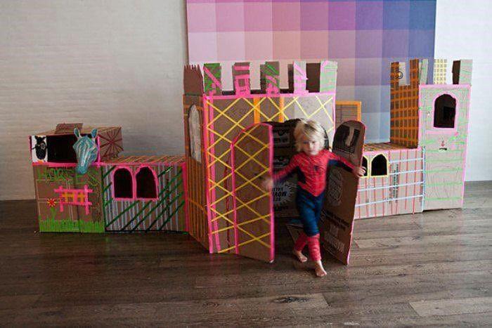 Castillo con cajas de cartón