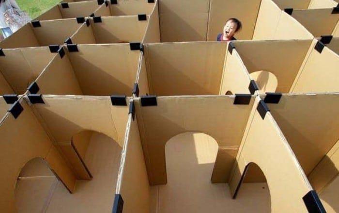 Laberinto con cajas de cartón